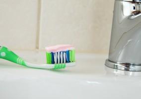 Знаете ли, че... върху четката за зъби се събират 10 млн. бактерии